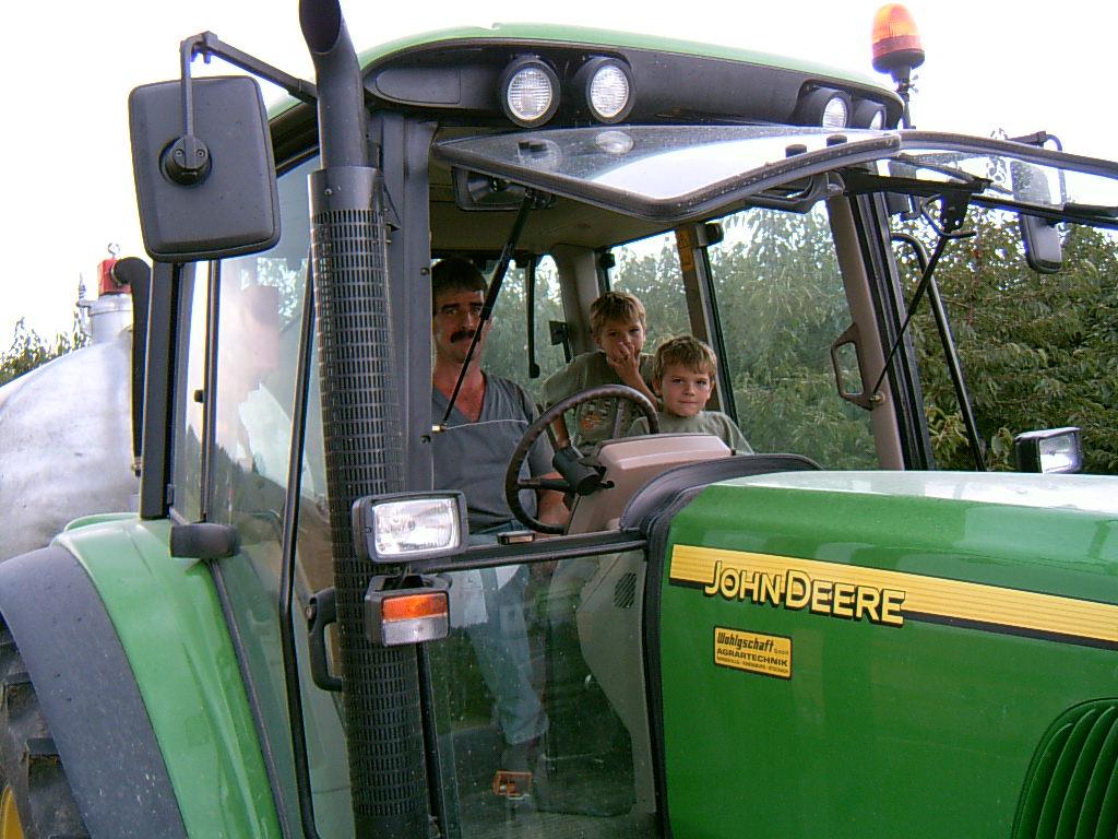 Traktor fahren mit den Kleinen