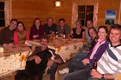 Fröhliche Runde am Abend in der Hütte