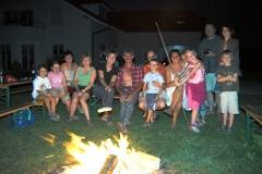 fröhliche Runde beim wöchentlichen Lagerfeuer